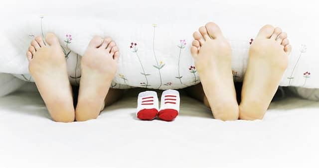 Fotka je originálním oznámením těhotenství rodině.